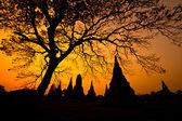 Alter Tempel auf ländlichen Sonnenuntergang — Stockfoto