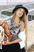 Flicka i retro stil på stranden mot havet — Stockfoto