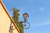 старый уличный фонарь на красной стене — Стоковое фото