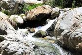 Dağlarda güzel şelale — Stok fotoğraf