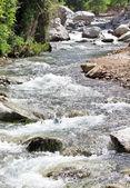Bergfluss und steine — Stockfoto