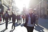 城市女孩大步走过的城市地区 — 图库照片
