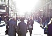 Kentsel şehir alanı üzerinden uzun adımlarla kız — Stok fotoğraf