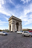 Busy traffic around the famous landmark Arc de Triomphe in Paris — Stock Photo