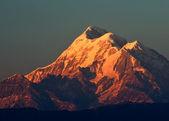 3 つの近くの山のピーク — ストック写真