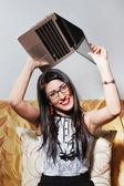 Mujer joven despreocupada con el ordenador portátil — Foto de Stock
