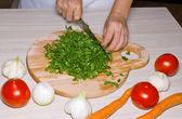 Persil de coupe dans une cuisine. — Photo