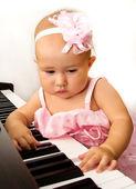 Hermosa niña toca el piano — Foto de Stock