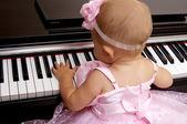 漂亮的小女孩弹钢琴 — 图库照片