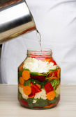 Pickling cauliflower with beetroot. — Stock Photo