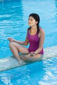 スイミング プールでアジアの女性. — ストック写真