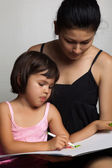 Beautiful mom with her daughter drawing — Stock fotografie