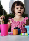 Girl draws paints — Stock Photo