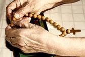 Manos de vieja celebración del rosario — Foto de Stock