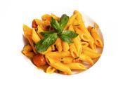 Těstoviny s rajčatovou omáčkou a bylinkami — Stock fotografie