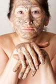 Facendo maschera cosmetica donna matura — Foto Stock