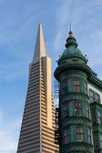 旧金山图标泛美金字塔和哥伦布建筑 — 图库照片