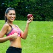 Foto Stock: Fit young womwith apple in park
