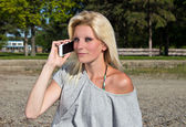 Joven hablando por teléfono inteligente en la playa — Foto de Stock