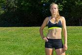 Mujer atlética con un sujetador de los deportes y pantalones cortos — Foto de Stock