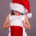 menina olhando na sua meia de Natal — Foto Stock