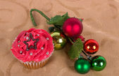 Christmas cupcake with tree ornament on gold background — Stock Photo