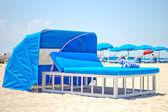 Cama de lujo playa con toldo en una playa de arena — Foto de Stock