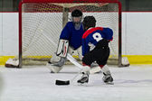 Young ice hockey player prepares to shoot on net — Stock Photo