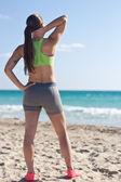 Passen vrouw ontspannen na een run op het strand — Stockfoto