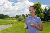 Golfista mujer con bola en el fairway y club de golf — Foto de Stock
