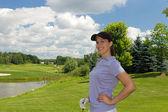 女性ゴルファーのフェアウェイでリラックス — ストック写真