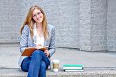 Estudante universitário, escrever um diário - filtro aplicado — Foto Stock