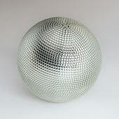 Argent brillant boule disco sur fond blanc — Photo
