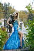 Módní portrét mladé smyslná žena v zahradě — Stock fotografie