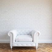 Klasik deri koltuk ile beyaz duvarlar tuğla iç — Stok fotoğraf