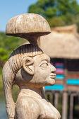 Africké řemeslníci dřeva vyřezal lidé postavy — Stock fotografie