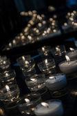 Romántico brillante larga hilera de velas ardiendo — Foto de Stock