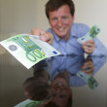 Giving 100 Euro — Stock Photo