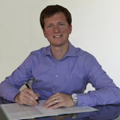 Signing document with purple shirt — Stockfoto