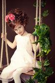 Piękne rude dziewczyny na huśtawce. — Zdjęcie stockowe