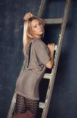 Mooie jonge vrouw met blonde haren — Stockfoto