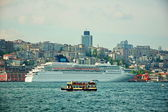 Cruise Ship against small tourist boat in Istanbul Port — Stock Photo