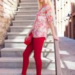 belle jeune femme posant des escaliers — Photo #12949062