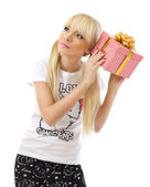 Piękna blond kobieta gospodarstwa prezent — Zdjęcie stockowe