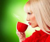 Piękna blondynka młoda kobieta z kawy lub herbaty — Zdjęcie stockowe