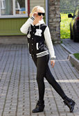 通りを歩いて美しいブロンドの女の子 — ストック写真