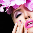 Beautiful blonde girl with flowers and perfect makeup — 图库照片