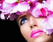 Linda menina com flores e maquiagem perfeita — Fotografia Stock
