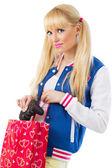 Femme blonde qui pose avec manette de jeu — Photo