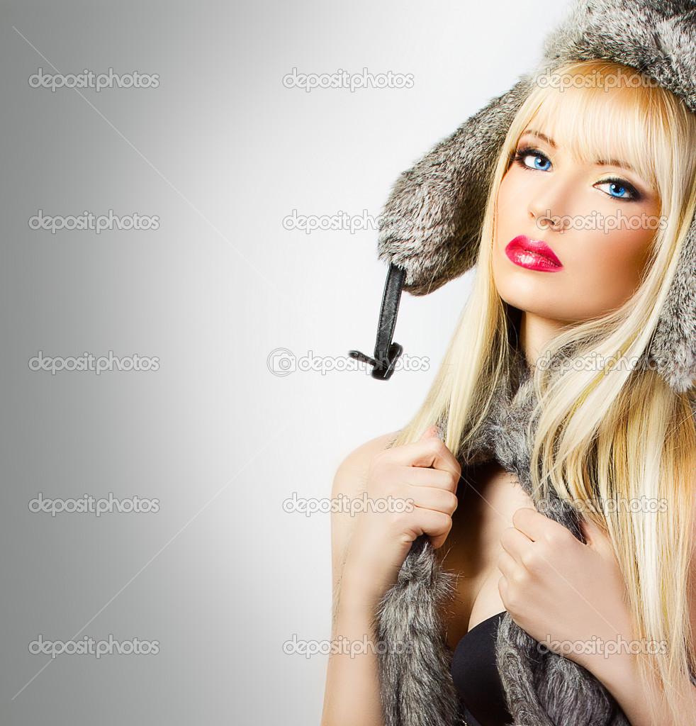Фото девушка в шляпе и в мехах